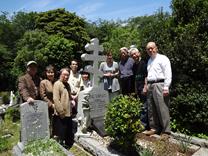 横浜外国人墓地でのお墓参りの様子
